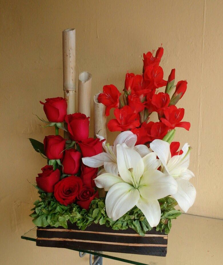 Kiểu cắm hoa để bàn hình trụ ngang