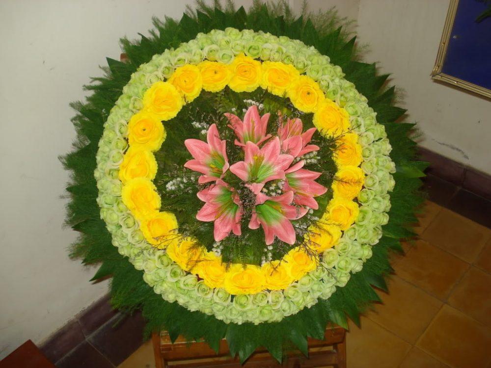 Hoa có màu vàng.