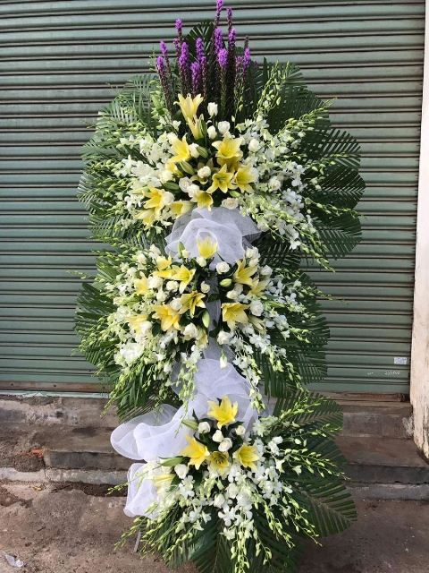 Vòng hoa tang lễ cho người mất trên 30 tuổi.