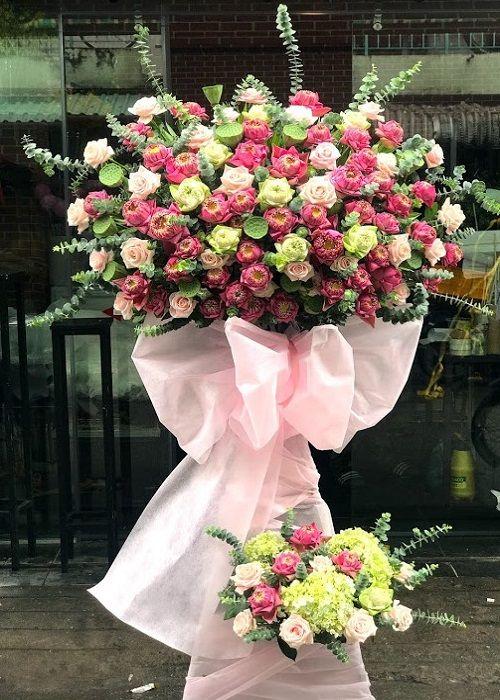 Những lẵng hoa sinh nhật giản dị nhưng nghiêm trang.