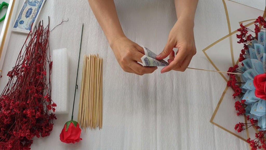 Nguyên liệu chuẩn bị làm bó hoa bằng tiền