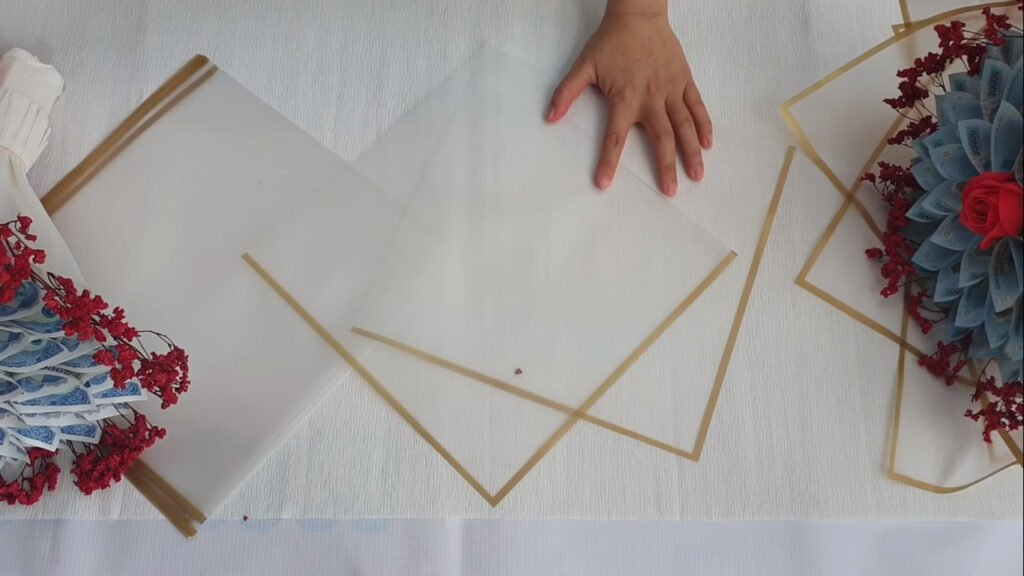 Lấy 2 tờ giấy vừa cắt xếp xéo lên nhau; khoảng cách giữa 2 đầu giấy là 15 cm