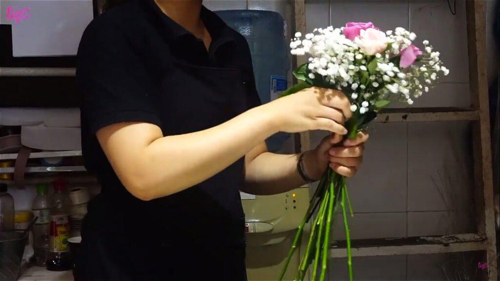 cắm hoa cần cắm theo góc nghiêng 45 độ
