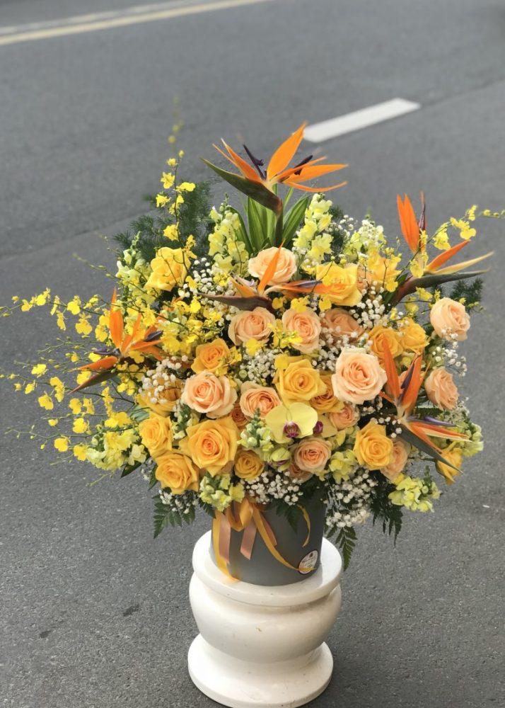 Để cho dễ làm và không bị lộn xộn khi bắt đầu cắm hoa, bạn nên phân thành 2 loại