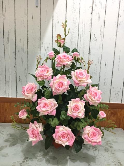 Cắm hoa hồng tam giác trải suối đơn giản nhưng đẹp