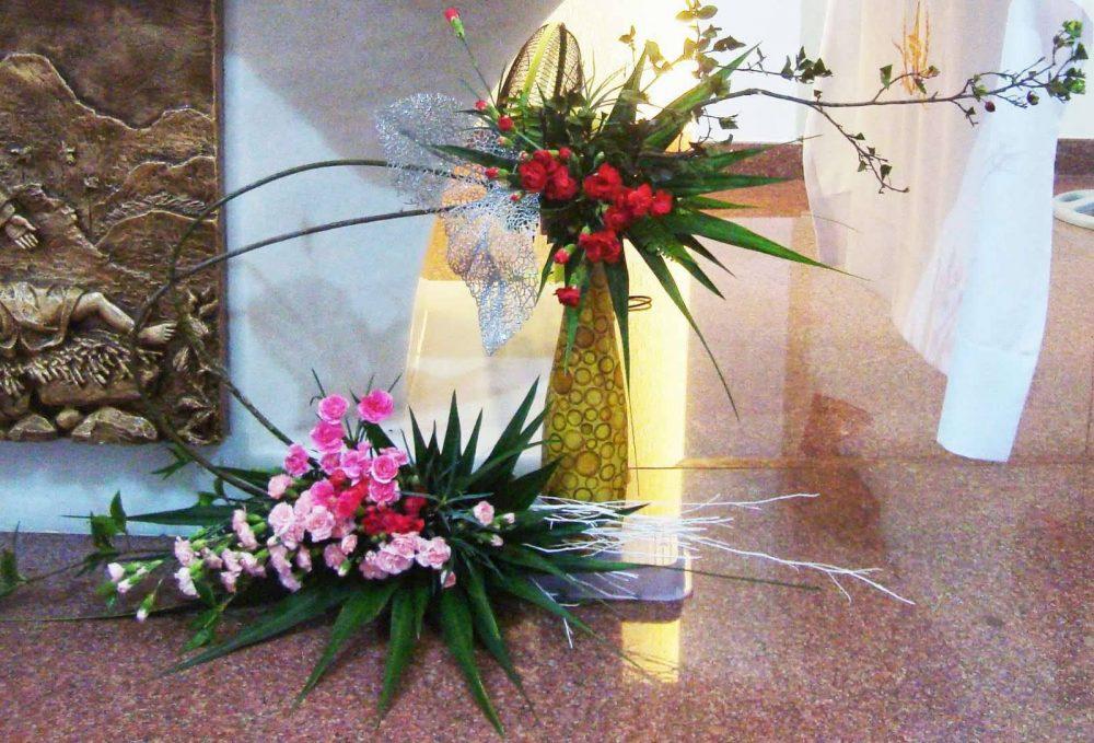 Cắm lá dừa trang trí cho hoa bàn thờ Thiên chúa 3 ngôi
