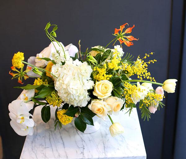 Điểm thêm lá trang trí cho bình hoa
