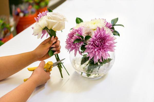 Một số điều cần lưu ý khi cắm hoa sinh nhật để bàn