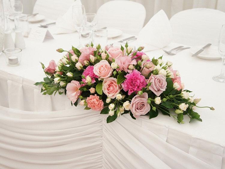Cắm hoa hồng để bàn hình ovan đơn giản mà tinh tế