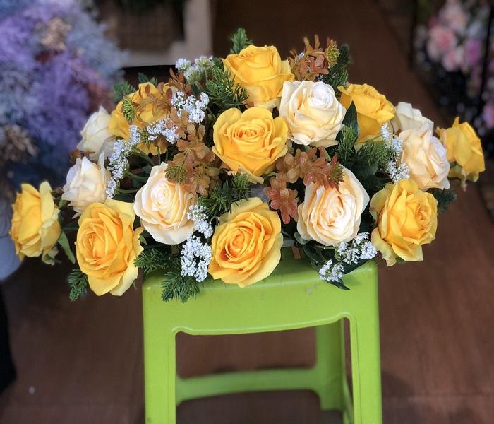 Cắm hoa hồng vào bình hoa bàn tiệc