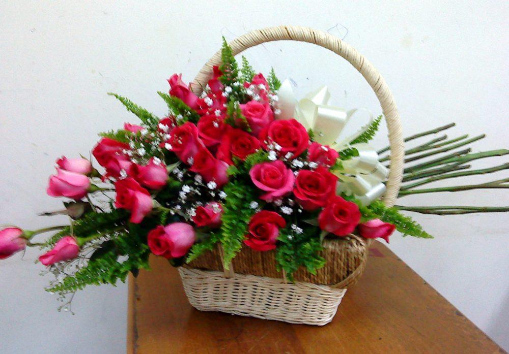 Cắm hoa hồng đỏ và hoa baby
