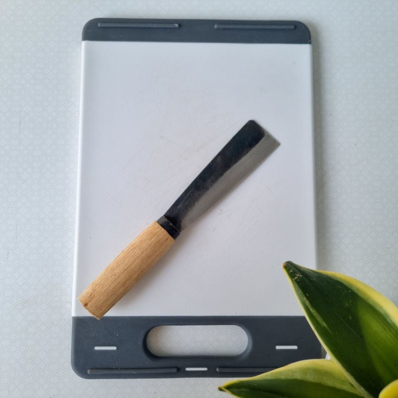 sử dụng một cây dao sắc bén, cắt theo chiều nghiêng một góc 45 độ