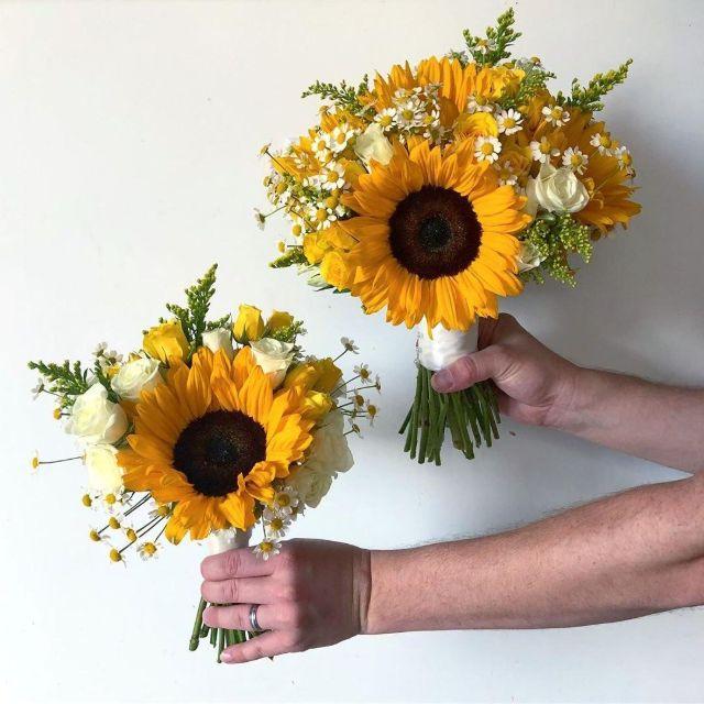 Cách bó hoa hướng dương cầm tay cô dâu ngày cưới
