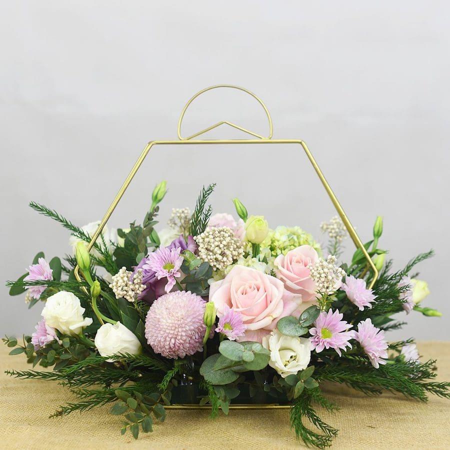 Cách cắm hoa bàn tiệc với hoa hồng và hoa lan mokara