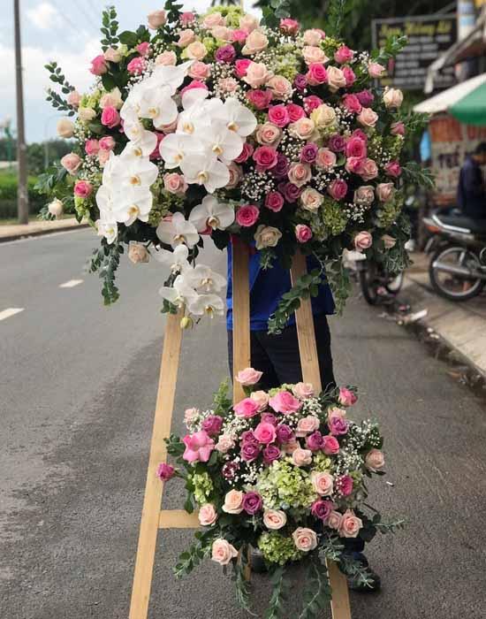 Cắm kệ hoa chúc mừng bằng hoa hồng phấn