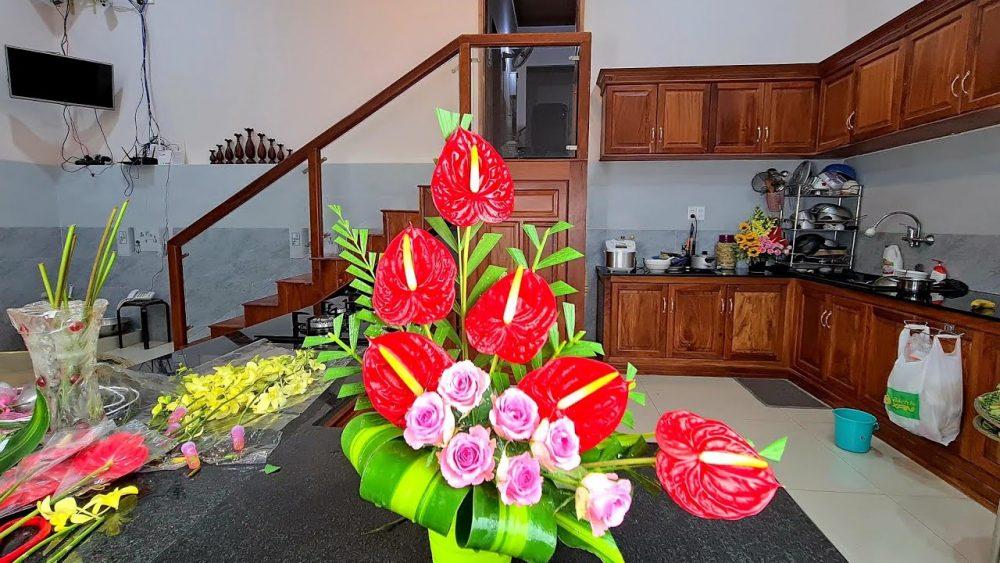 Cắm hoa bàn thờ bằng hoa hồng mơn Hawaii