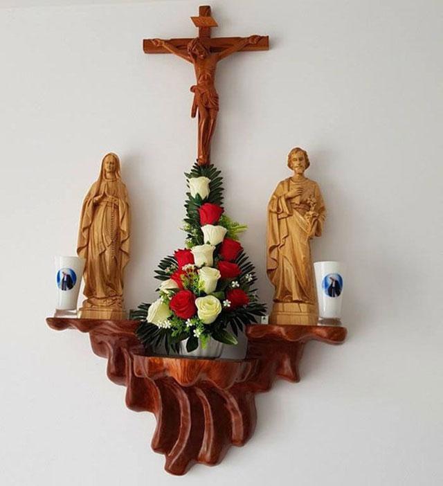 Kiểu cắm hoa bàn thờ Thiên Chúa 3 ngôi này tượng trưng cho điều gì?