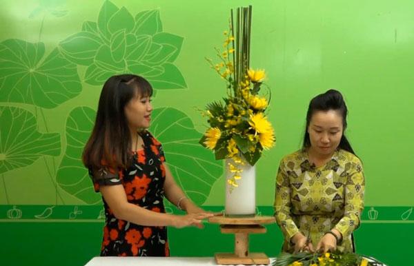 Hướng dẫn chi tiết cắm hoa cúc vàng và lan vũ nữ kiểu thác đổ mới nhất
