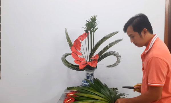Chuẩn bị bình hoa để cắm hoa bàn thờ đẹp