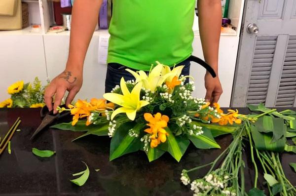 Cách cắm hoa ovan để bàn đại hội đơn giản, dễ làm