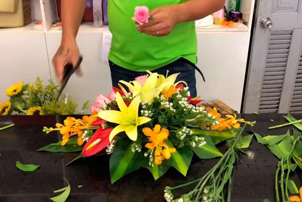 Cắt lá để cắm hoa ovan để bàn