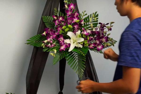 Cách cắm hoa chia buồn thành kính kết hợp từ hoa lan và hoa ly