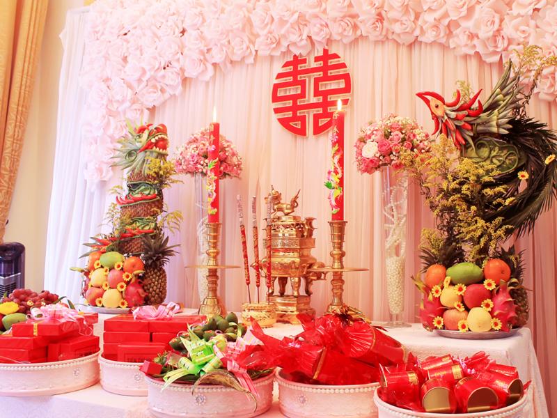 phủ vải đỏ tượng trưng cho những điều may mắn và hôn nhân viên mãn