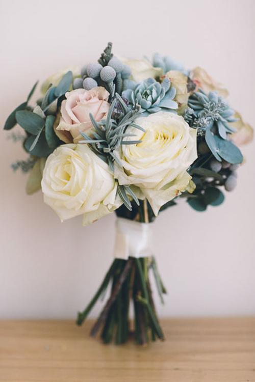 Điểm lá và hoa cho bó hoa cưới tông trắng xanh