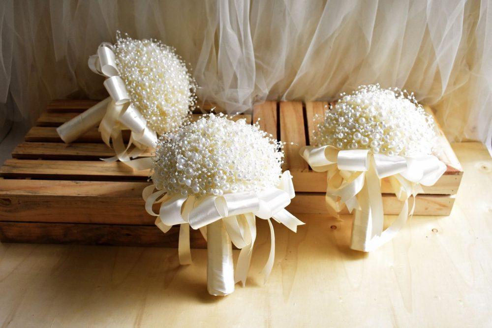 Làm thân cây cho bó hoa cưới bằng ngọc trai