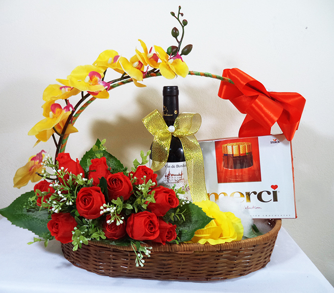 sử dụng hoa hồng cho vào hộp hoa
