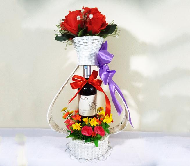 cắm hoa tươi với rượu