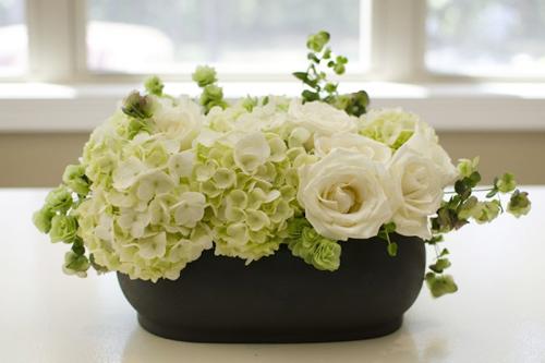 Phủ lá mặt sau khi cắm hoa chúc mừng khai trương