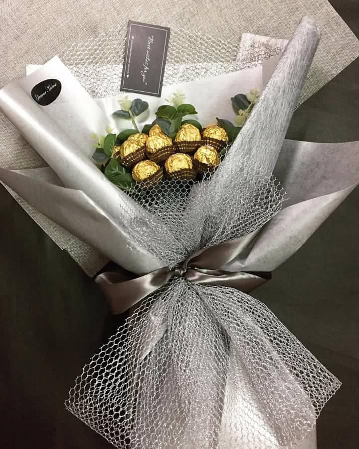 Bó hoa tiền với socola thành những bông nhỏ
