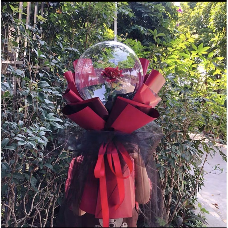 sử dụng nhánh cỏ điểm gắn vào cành hoa hồng đỏ