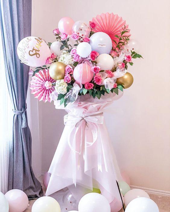 Dựng cây đỡ để cắm hoa tươi với bong bóng