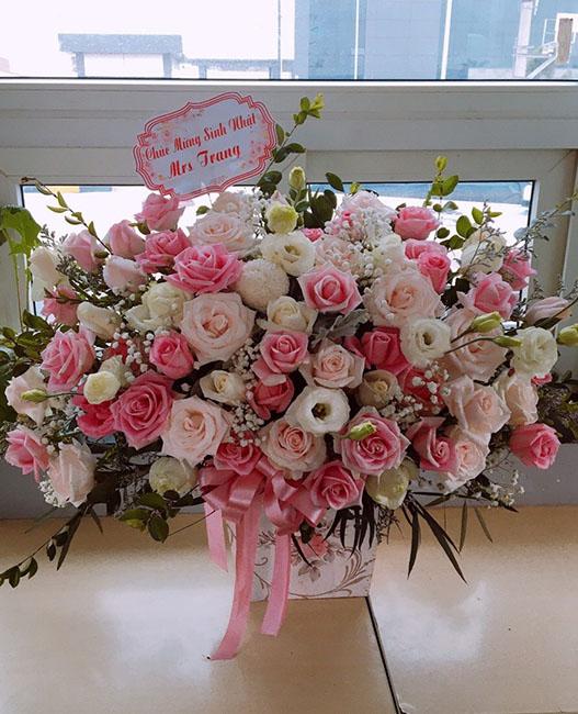 Cắm hoa hồng trắng lận cánh và lá bạc