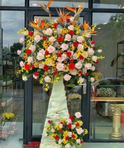 Cố định và trang trí cho kệ hoa chúc mừng khai trương cho tầng dưới