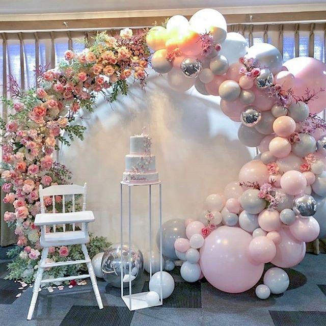 Cắm hoa tươi với bong bóng
