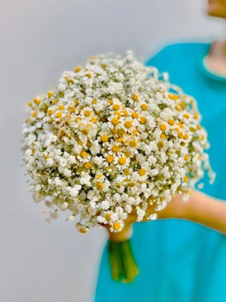 Cách bó hoa cưới bằng cúc tana với hoa baby