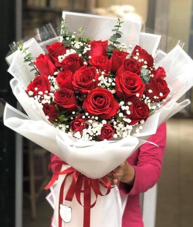 Cách bó hoa hồng đỏ với hoa baby Hà Lan