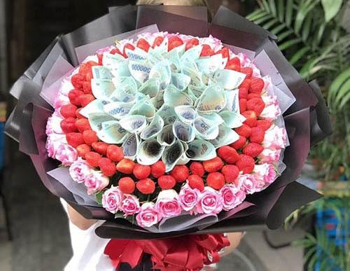 Rải hoa baby xung quanh bó hoa