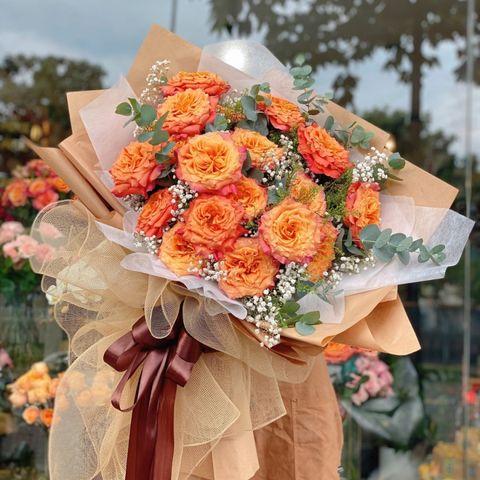 Dùng lá đệm và cắm hoa chính
