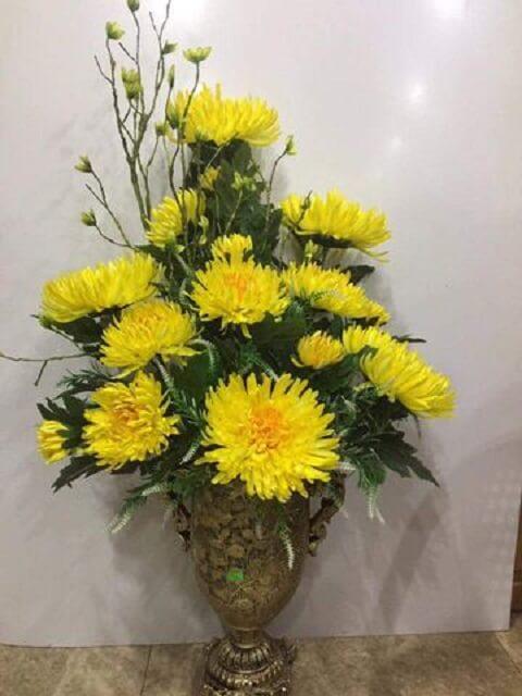 Bí kíp cắm bình hoa cúc vàng tôn kính dâng bàn thờ