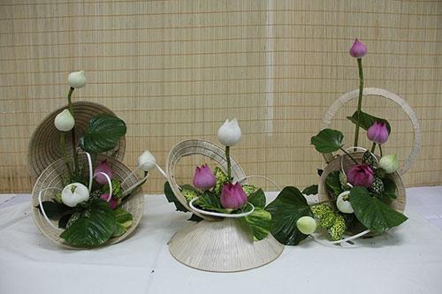 Cắm hoa thả hồn sen trắng và hồng vào