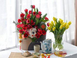 Cắm hoa hồng môn đỏ làm tâm