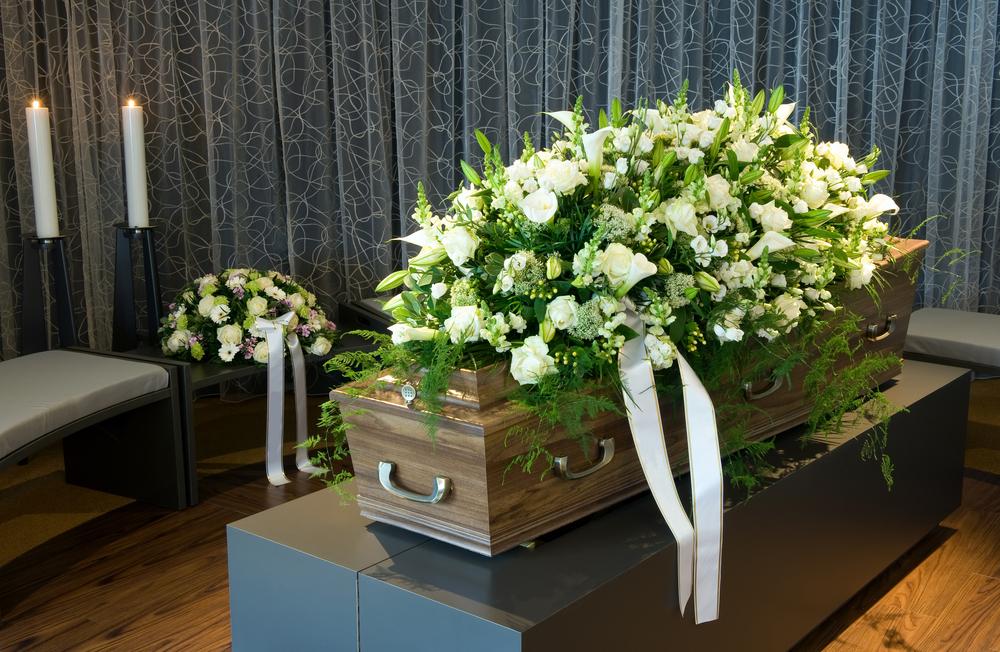 Thao tác làm foam cắm hoa chia buồn để nắp hòm