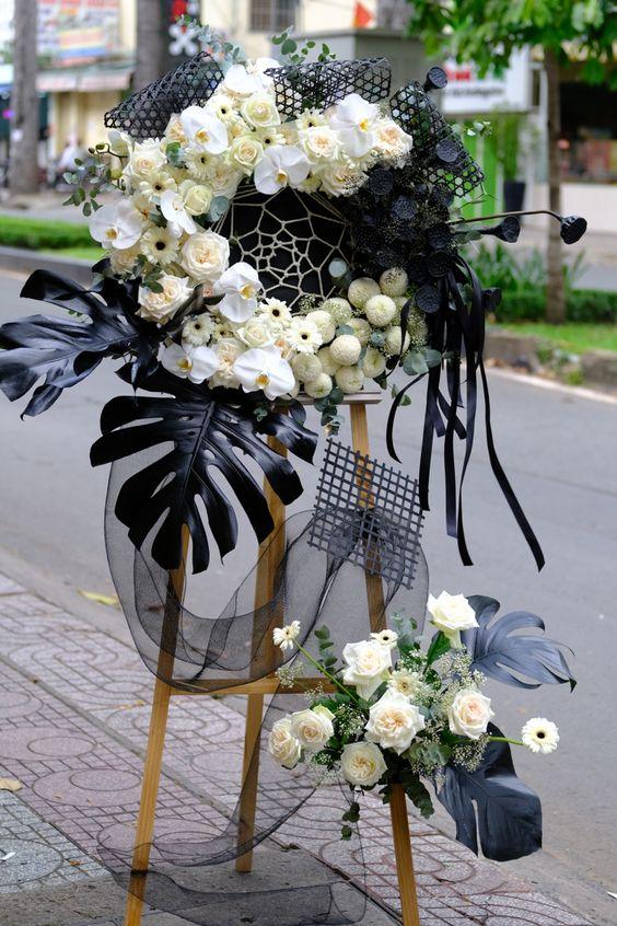 Cách cắm vòng hoa tang lễ để viếng tặng đối với 2 đầu hoa to