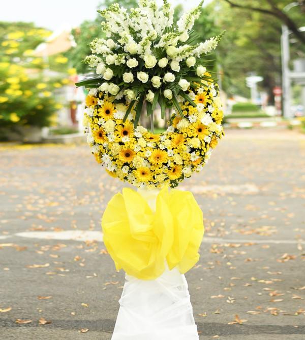 Cắm lá và hoa cho foam phía dưới