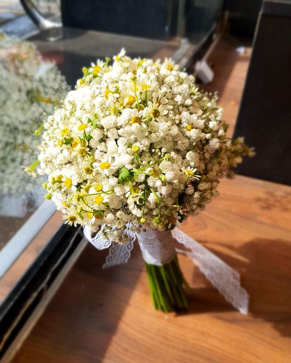 Cách quấn dây ruy băng cho bó hoa cưới bằng cúc tana với hoa baby