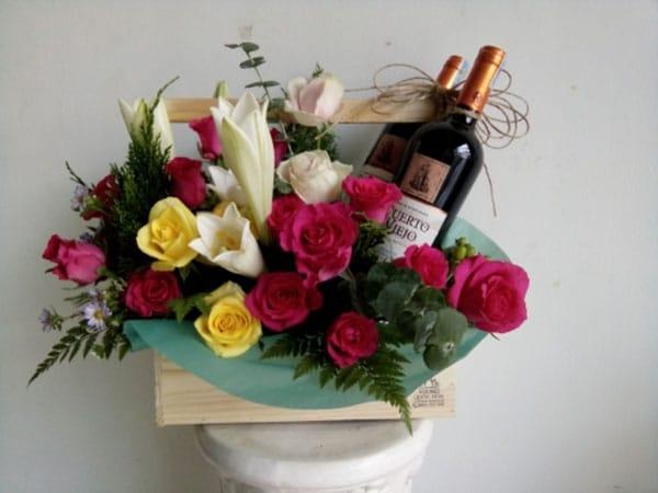 Cách cắm hoa tươi với rượu độc đáo nhất